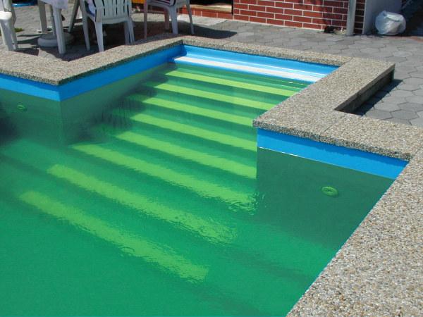 Zelena voda v bazenu